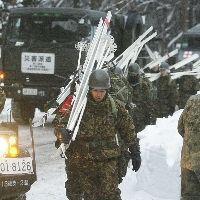 スノボ遭難者の捜索に向かう自衛隊員たち=5日午前7時すぎ、広島県・国設恐羅漢スキー場で