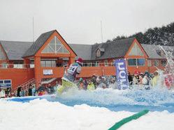 ゲレンデにつくったプールを、仮装した客らが水しぶきをあげて滑った=みなかみ町で(2010年3月28日、ノルン水上スキー場提供)