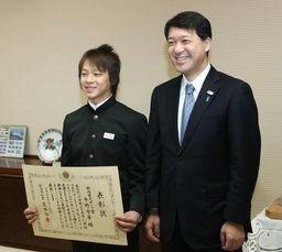 最年少で県スポーツ賞を受けた平野選手=24日、県庁