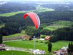 21日、七戸町営スキー場上空でテスト飛行を行う「SKYMASTERS PGC」のメンバー