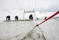 ドイツ最高峰の氷河に防水シート