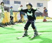マットゲレンデでスキーを楽しむ子どもたち(大津市木戸のびわ湖バレイで)