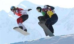 女子スノーボードクロス1回戦で滑走する藤森(中央)=ソチ(古厩正樹撮影)(写真:産経新聞)