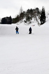 閑散としたりんご今日話国スキー場のゲレンデ(15日)