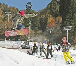 スキーシーズンの幕が開け、初滑りを楽しむボーダーら=29日午前、郡上市白鳥町、ウイングヒルズ白鳥リゾート