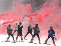 オープンを祝い、発炎筒を持って滑走するスキーヤー=北海道上川町の黒岳スキー場で2007年11月20日午前10時5分、近藤卓資撮影