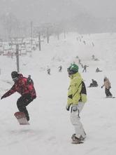 初滑りを楽しむスノーボーダーら=新見市・いぶきの里スキー場