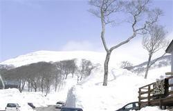 除雪が済んだ月山・姥沢から眺める姥ケ岳=4月7日、山形県西川町(八並朋昌撮影)(写真:産経新聞)(Copyright 2009 SANKEI DIGITAL INC.)