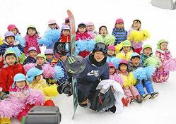 会津高原南郷スキー場で地元の子どもたちの歓迎を受けた平野選手(中央)
