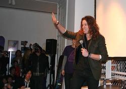 ファンに笑顔で手を振るショーン・ホワイト