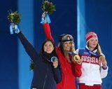 スノーボード女子パラレル大回転で、銀メダルを手に笑顔の竹内(左)(撮影・PNP)