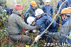 負傷者を救助し、搬送訓練を行う隊員ら