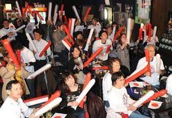 家根谷依里選手を応援する友人ら=27日午前3時22分、神戸市中央区(安元雄太撮影)(写真:産経新聞)
