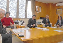 開催の支援を求めた日本スノーボード協会の関係者ら=郡上市役所
