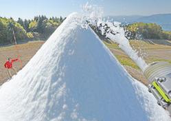 秋晴れの下、人工雪で造られる雪山=22日午前、郡上市高鷲町、鷲ケ岳スキー場