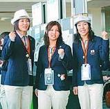 搭乗ゲート前でガッツポーズをみせるスノーボードの(左から)山岡、今井、中島の各選手