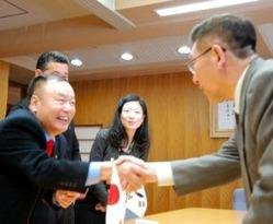 佐竹知事(右)と握手する大韓スキー協会の朴炳敦副会長