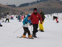 手ほどきを受けながら滑りを楽しむちびっ子スキーヤー