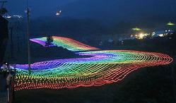 七色の光で彩られたゲレンデ=牛岳温泉スキー場