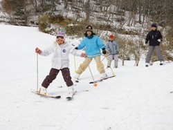今季の初滑りを楽しむ児童たち(14日午前9時40分ごろ)