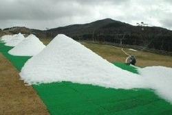 大きな雪山がいくつもでき、急ピッチでゲレンデづくりが進む九重森林公園スキー場
