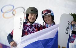 ソチ冬季五輪、スノーボードの男子パラレル大回転で優勝したビック・ワイルド(Vic Wild、左)と女子パラレル大回転で銅メダルを獲得した妻のアレーナ・ザワルジナ(Alena Zavarzina、2014年2月19日撮影)。
