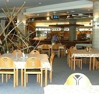 複合施設「エスカルプラザ」内のレストラン。予約制レストランや入浴施設もあり、宿泊客を受け入れて周辺の宿泊施設を支援する=白馬村