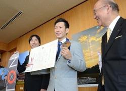 賞を受賞して喜びを表す平岡卓選手=奈良市の県庁知事室で2014年2月26日午前10時58分、鶴見泰寿撮影