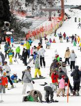 お正月をスキーやスノーボードで楽しむ人たちでにぎわうリフト乗り場周辺=郡上市明宝のめいほうスキー場で