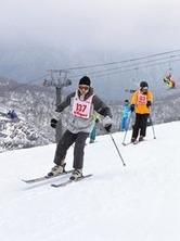 オープンしたかぐらスキー場で初滑りを楽しむ来場者=23日、湯沢町