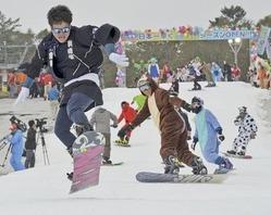 思い思いの格好で初滑りを楽しむスノーボーダー=18日午前10時すぎ、裾野市須山のイエティ