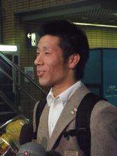 松山空港に到着し、後援会や大学関係者らに迎えられる青野令選手(松山経済新聞)