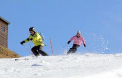 雪の感触を楽しみながら初滑りを満喫するスキーヤー=香川県観音寺市大野原町、スノーパーク雲辺寺