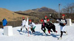 雪玉を投げ合う選手たち=九重森林公園スキー場