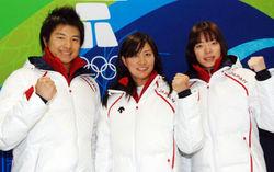 本番に向けて意気込むスノーボードパラレル大回転日本代表の(左から)野藤優貴、竹内智香、家根谷依里の各選手=カナダ・バンクーバーの選手村で2010年2月24日午後4時17分、乗峯滋人撮影