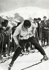 オーストリアのスキー講師、ハンネス・シュナイダーによる指導風景。「アルペンスキーの父」として知られ、1930年に来日すると各地で指導を行った(野沢温泉提供)