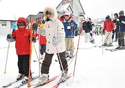 和田山八鹿道路開通の影響で京阪神方面からの来場者が目立ったおじろスキー場=1月4日、香美町小代区大谷