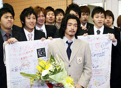 大学の友人と記念撮影する国母和宏選手=東海大札幌キャンパスで2010年2月4日午後3時50分ごろ、金子淳撮影