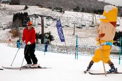 日本人に初めてスキーを教えた旧オーストリア・ハンガリー帝国のレルヒ少佐にちなんだ、ゆるキャラ「レルヒさん」もスキー客誘致に奔走したが……=10年12月、湯沢町・苗場スキー場