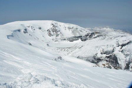 雪化粧の蔵王山の御釜