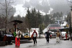 競売問題が浮上しているウィスラー・ブラッコムのスキー場(奥)=須賀川理撮影