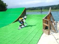 岩手県の「ケッパレランド」内にあるウオータージャンプ施設。子どもが滑っているコースは初心者向けの「スモールキッカー」(仙台経済新聞)