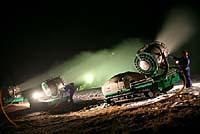 夜間、気温が下がり稼働可能になった人工降雪機。作業員は24時間体制(栃木県那須塩原市の「ハンターマウンテン塩原」で)