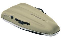 サイズは120×70×23cm、収納サイズ40×25×5cm。重さ2.9kg。ハンドポンプや収納ケース、リペアシート付き。他にも安価なモデルや、剛性の高いモデルもある。