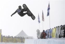 8日、米グランプリのハーフパイプの演技でジャンプするショーン・ホワイト(USA TODAY)