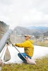 23日予定のオープンに向け、稼働が始まった人工造雪機=7日、南越前町の今庄365スキー場