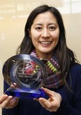 スノーボードのW杯女子パラレル大回転で初優勝し、成田空港でトロフィーを手に笑顔を見せる竹内智香