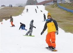 プレオープンした六甲山人工スキー場で初滑りを楽しむスノーボーダーら=2日午前、神戸市灘区(甘利慈撮影)