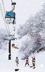 雪の降り続く中で行われたゴンドラリフト救助訓練