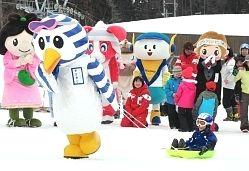 県内外のご当地キャラクターが雪の上を力走—。雪上運動会「ゆるキャラリンピック」が25日、北安曇郡小谷村のスキー場で開かれ、愛らしい14体がスキーやスノーボードを履いて真剣勝負。約200人の来場者を沸かせた。